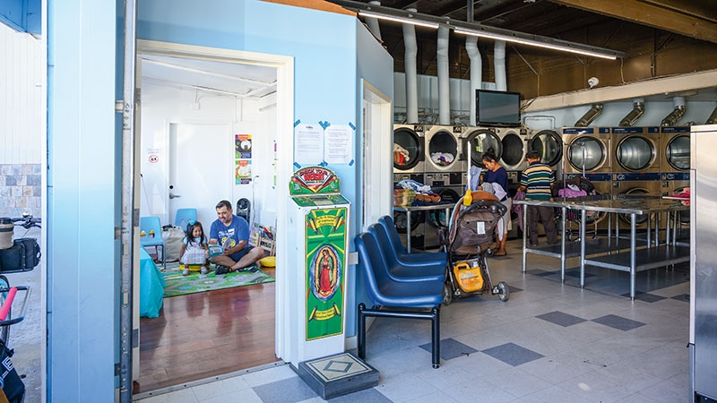 Oaklanders Learn Reading at the Laundromat